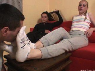 девушка спит а парень нюхает ее носочки на ноге зону